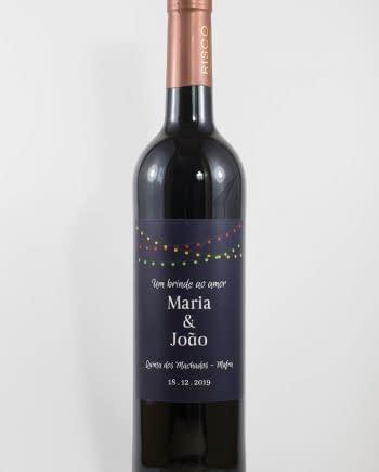 Garrafa de vinho tinto com rótulo personalizável - Casamento - Um brinde ao amor: nomes, local e data personalizáveis. Luzes coloridas em fundo azul