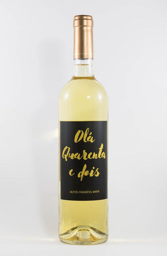 Garrafa de vinho branco com rótulo personalizável - Aniversário - Hello com número de anos e nome personalizável. Letras douradas em fundo preto
