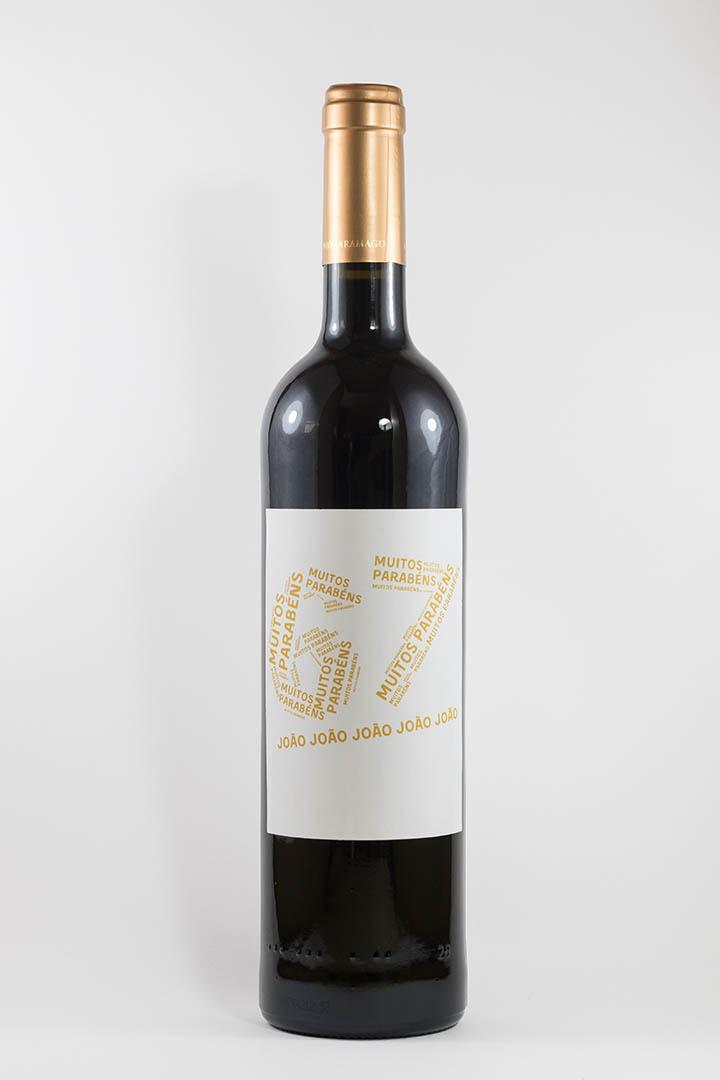 Garafa de vinho tinto com rótulo personalizável - Aniversário - com idade desenhada com muitos parabéns e nome em amarelo
