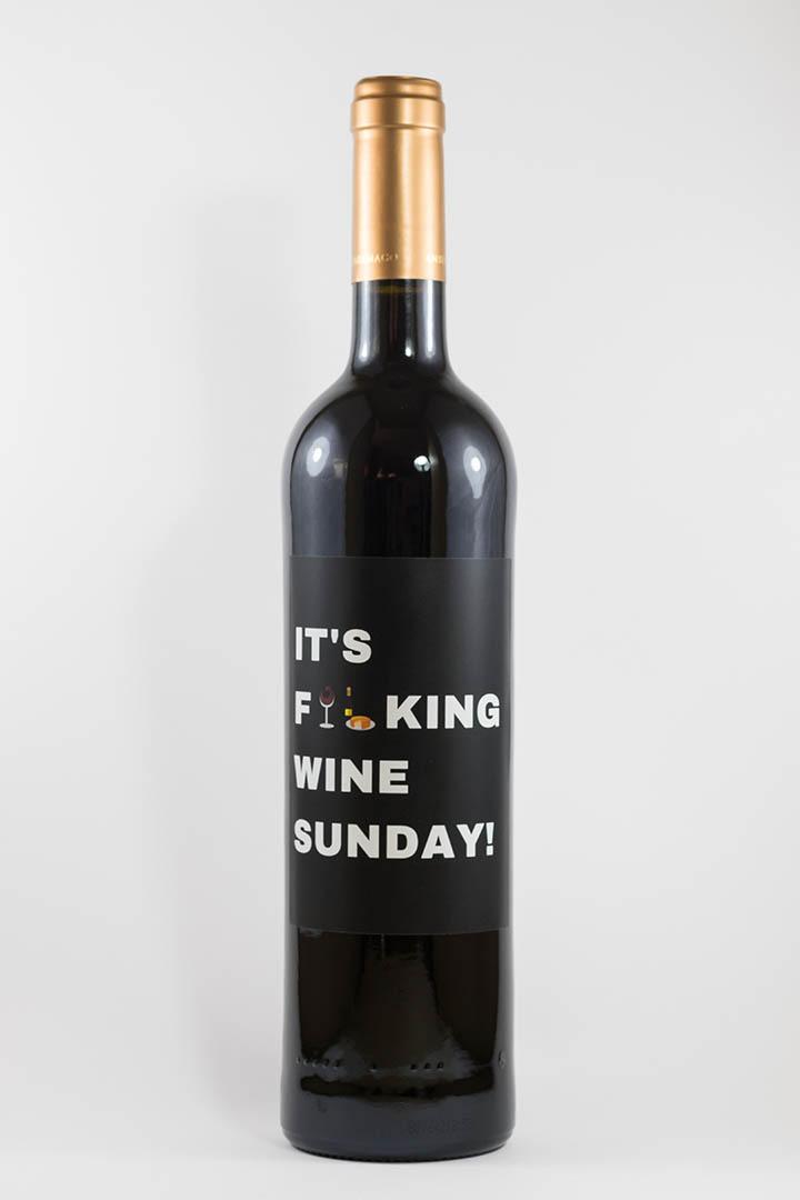 Garrafa de vinho tinto com rótulo para festas - It's fucking wine sunday