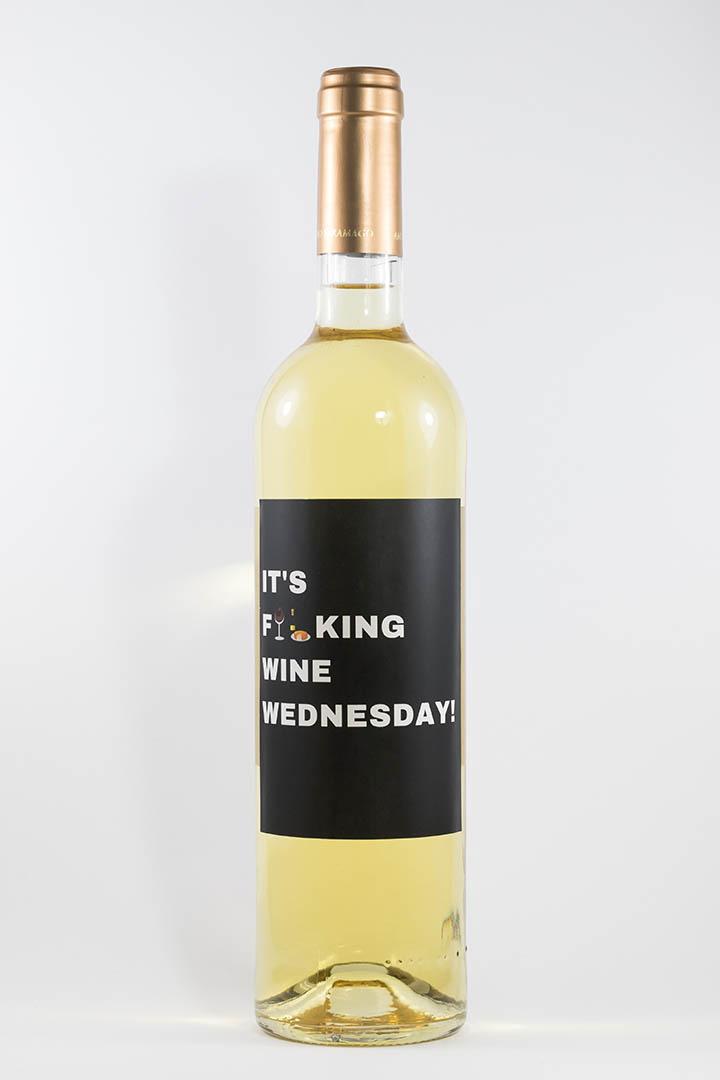 Garrafa de vinho branco com rótulo para festas - It's fucking wine wednesday