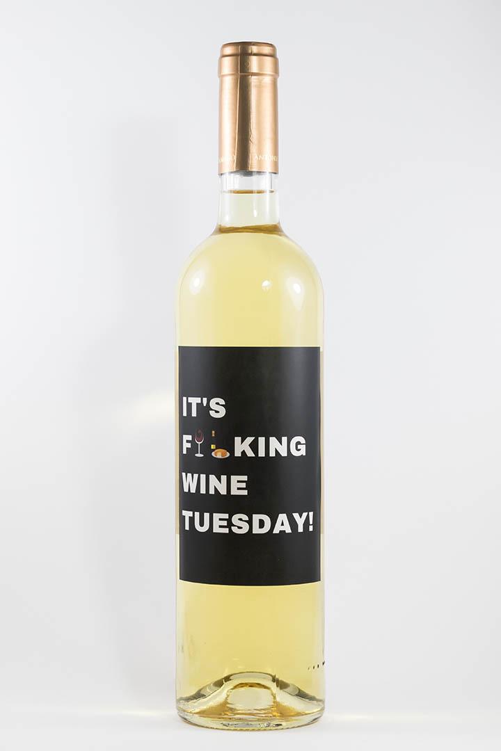 Garrafa de vinho branco com rótulo para festas - It's fucking wine tuesday