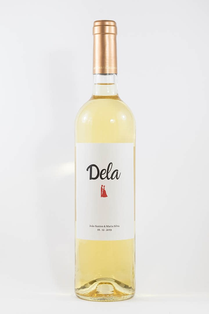 Garrafa de vinho branco com rótulo personalizado - Casamento - Dela com figura de casal, nome e data