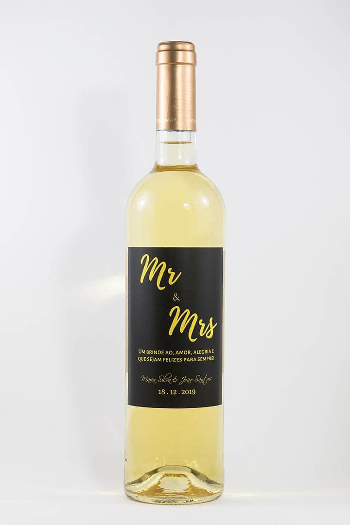 Garrafa de vinho branco com rótulo personalizado - Casamento - Mr & Mrs em preto e dourado com nome dos noivos e data da cerimónia