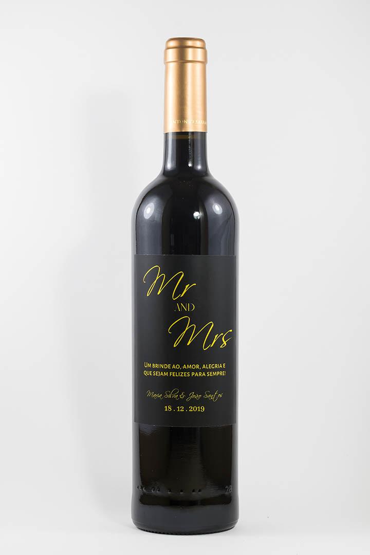 Garrafa de vinho tinto com rótulo personalizado - Casamento - Mr & Mrs em preto e dourado com nome dos noivos e data da cerimónia