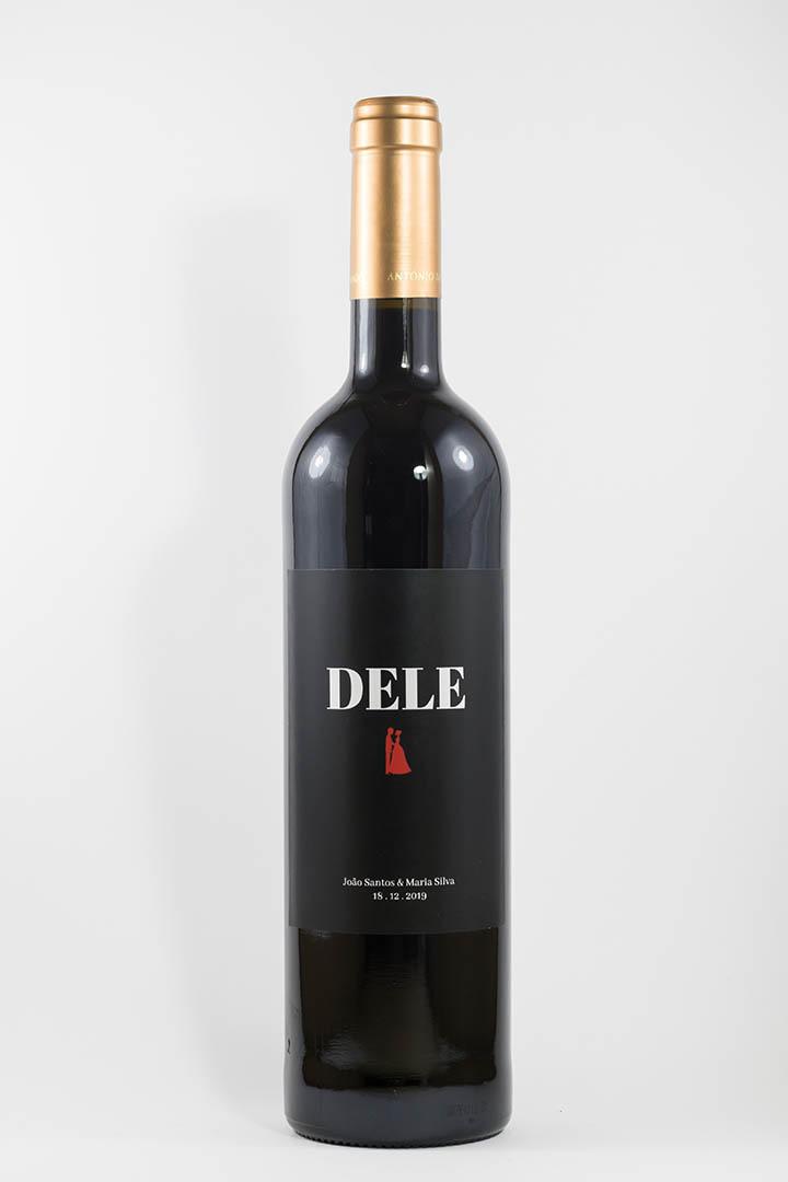 Garrafa de vinho tinto com rótulo personalizado - Casamento - Dele, com casal, nomes dos noivos e data da cerimónia