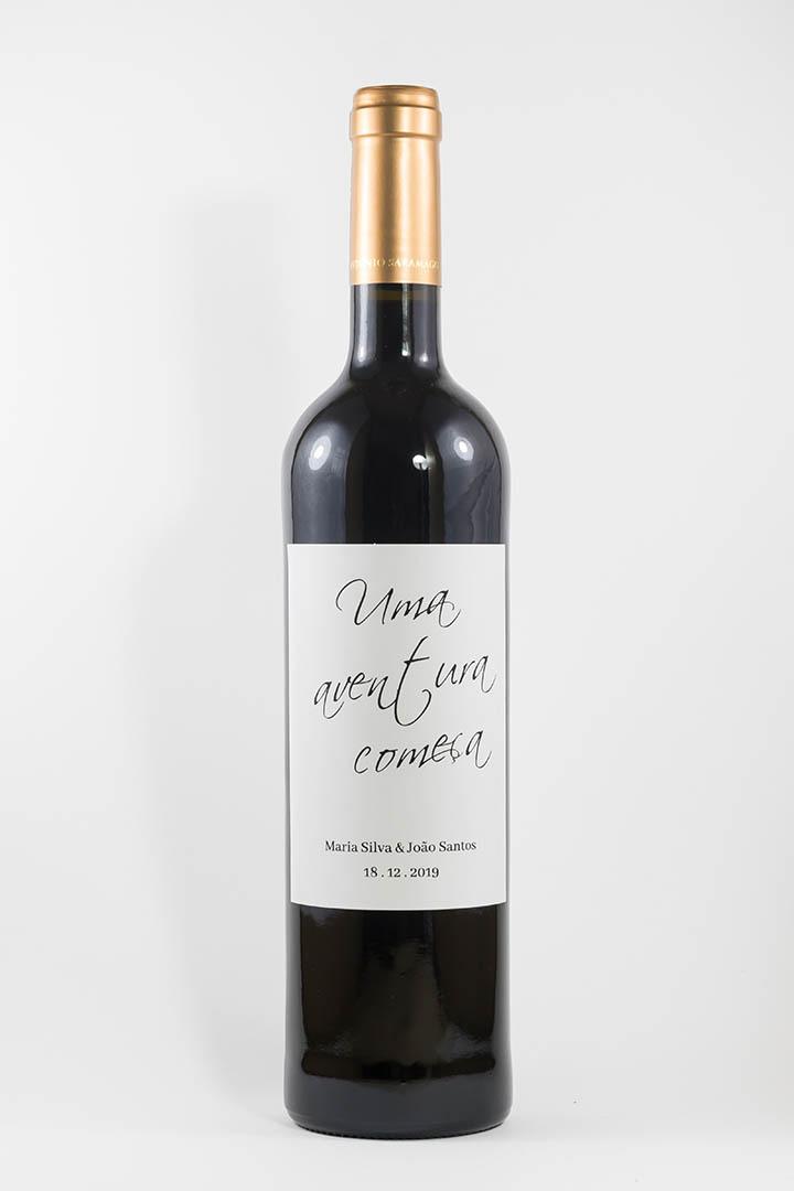 Garrafa de vinho tinto com rótulo personalizado - Casamento - Uma aventura começa, com nome dos noivos e data da cerimónia