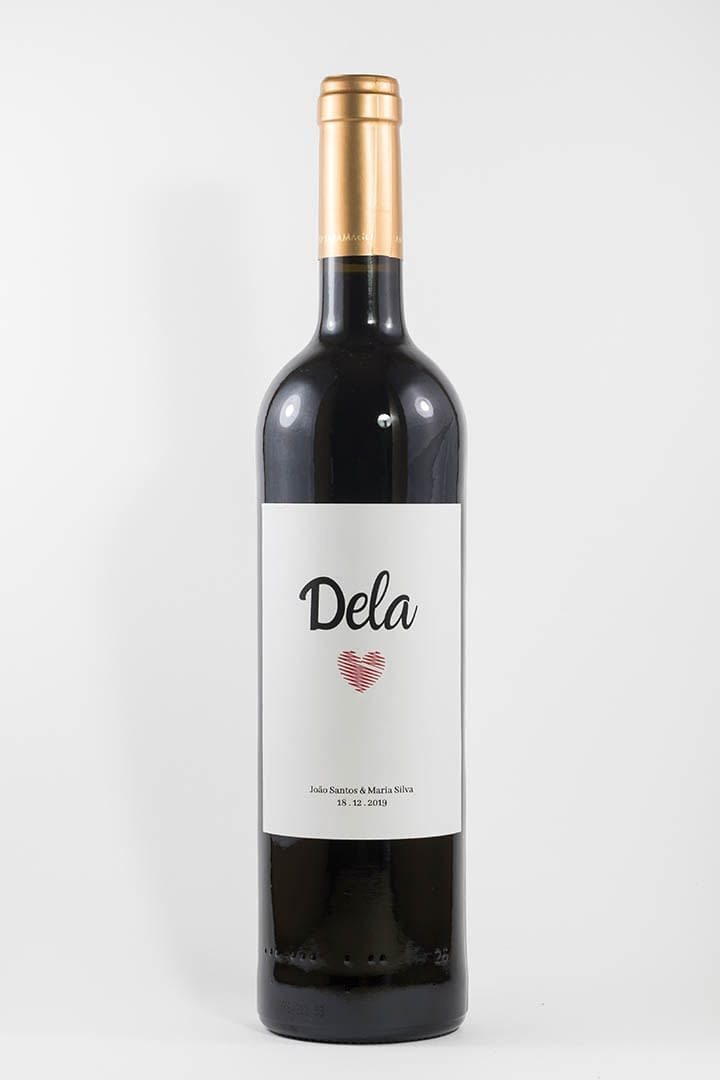 Garrafa de vinho tinto com rótulo personalizado - Casamento - Dela com coração, nome dos noivos e data da cerimónia