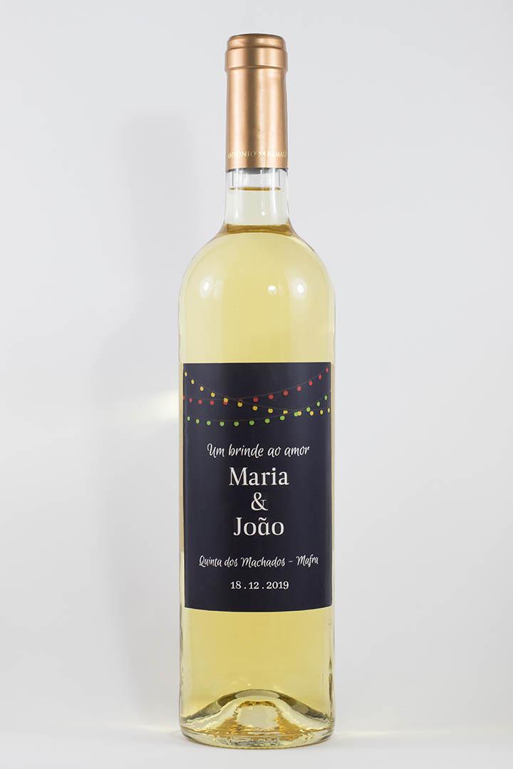 Garrafa de vinho branco com rótulo personalizável - Casamento - Um brinde ao amor: nomes, local e data personalizáveis. Luzes coloridas em fundo azul