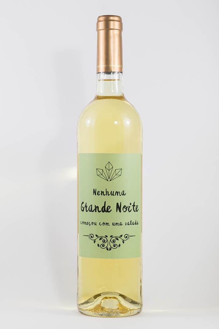Garafa de vinho branco com rótulo de festas - Nenhuma grande noite começou--- em verde