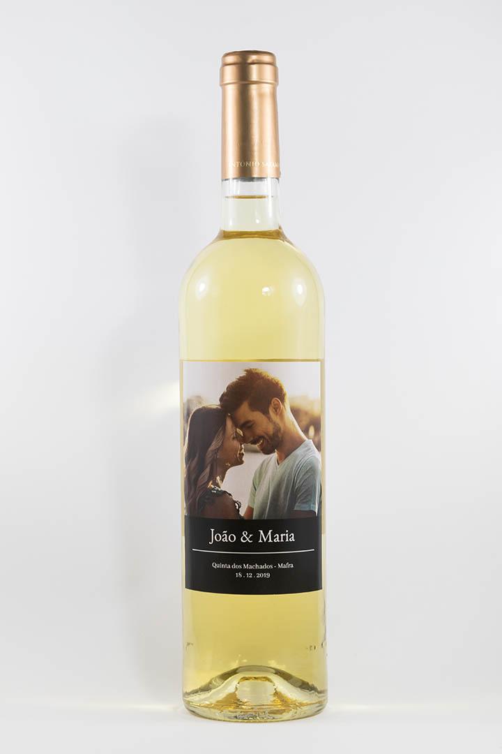 Garafa de vinho brancom com rótulo personalizável - Casamento - Fotografia: nomes, local e data personalizáveis com fundo preto