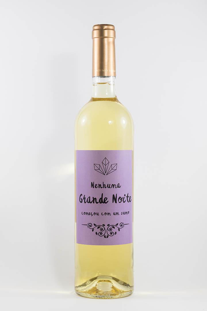 Garafa de vinho branco com rótulo de festas - Nenhuma grande noite começou--- em roxo