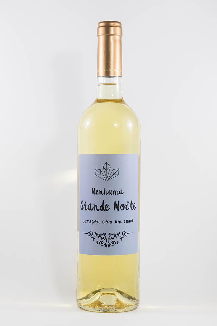 Garafa de vinho branco com rótulo de festas - Nenhuma grande noite começou--- em azul