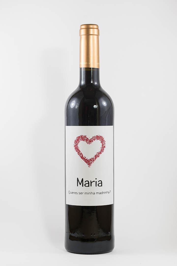 Garrafa de vinho tinto com rótulo personalizado - Casamento - Queres ser minha madrinha, com nome e coração vermelho