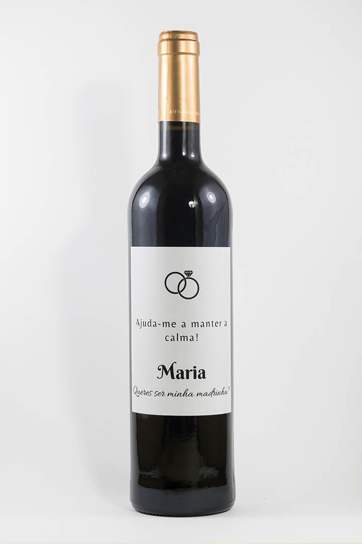 Garrafa de vinho tinto com rótulo personalizado - Casamento - Ajuda-me a manter a calma, com nome e anéis pretos